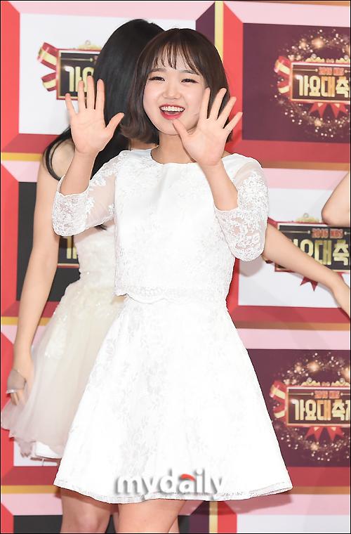 [MD포토] 아이오아이 최유정 ′귀여운 양손인사′